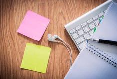 Kontorstabell med notepaden, datortangentbord, kaffekopp, penna, Arkivfoto
