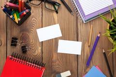 Kontorstabell med notepaden, färgrika blyertspennor, tillförsel och busine Royaltyfri Foto