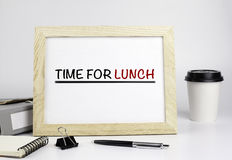 Kontorstabell med träramen med text - Time för lunch Royaltyfria Bilder