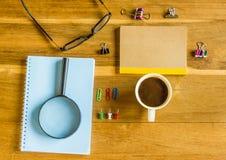 Kontorstabell, notepad, förstoringsglas, Royaltyfri Bild