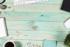 Kontorstabellskrivbord med uppsättningen av färgrika tillförsel Arkivbilder