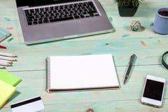 Kontorstabellskrivbord med uppsättningen av färgrika tillförsel Royaltyfri Bild