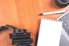 Kontorstabelltillbehör på träbakgrund arkivfoton