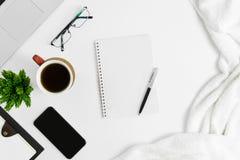 Kontorstillförsel på det vita kontorsskrivbordet Tema för bra morgon Arkivbilder