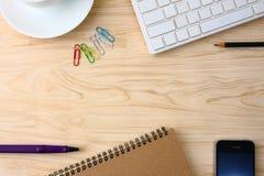 Kontorstillförsel på kontorsskrivbordet arkivbild