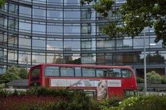 Kontorstorn och röd London buss Royaltyfri Bild