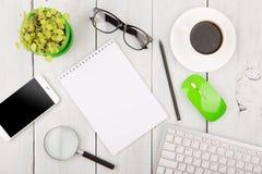kontorsträskrivbord med PCtangentbordet och annat tillförsel Royaltyfri Foto