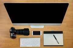 Kontorsutrustning, kontorsskrivbord Royaltyfri Foto