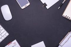 Kontorsutrustning, mus, tangentbord, smartphone, anmärkning för tomt papper, Royaltyfri Fotografi