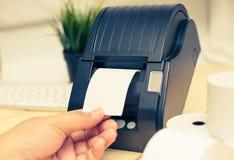 Kontorsutrustning, a-punkt av försäljningskvittoskrivaren som skrivar ut ett kvitto Arkivfoton