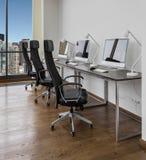 Kontorsutrymme med arbetsplatser Arkivfoton