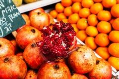Kontra med frukt på Mahanen Yehuda Market i Jerusalem Royaltyfria Bilder