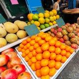 Kontra med frukt på Mahanen Yehuda Market i Jerusalem Arkivfoton
