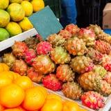 Kontra med frukt på Mahanen Yehuda Market i Jerusalem Royaltyfri Bild