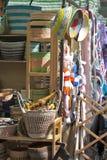 Kontra med sydde leksaker, saker för barn` som s är till salu i den lokala marknaden på en lördag eftermiddag på den Broadway väg Arkivfoton