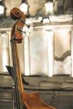 Kontrabass auf klassischem Konzert lizenzfreies stockfoto