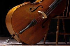 Kontrabass gelegt in eine Schräglage, die wartet, in einem Konzert der klassischen Musik verwendet zu werden erinnernd von den ne Stockbilder