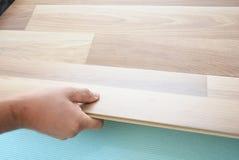 Kontrahent instaluje drewnianą laminat podłoga z izolaci i soundproofing prześcieradłami target2064_0_ mężczyzna posadzkowy lamin Fotografia Stock