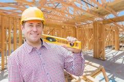 Kontrahent Z poziomem Na miejsca Inside Nowej Domowej budowie Frami Zdjęcie Stock