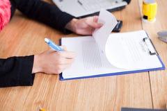 kontraktacyjny podpisuje kontraktacyjny kobiety zdjęcia royalty free