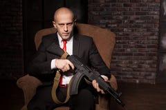 Kontraktacyjny zabójca trzyma broń automatyczną Fotografia Royalty Free