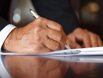 kontraktskrivning Fotografering för Bildbyråer