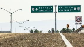 Kontrapunkt av vägmärken av Coahuila Royaltyfri Bild