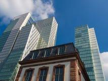 Kontrast der alten und modernen Architektur in Frankfurt, Deutschland Lizenzfreies Stockbild