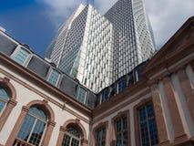 Kontrast der alten und modernen Architektur in Frankfurt, Deutschland Lizenzfreie Stockbilder