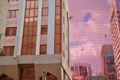 Kontrast der klassischen und Hyper modernen Fassade Lizenzfreies Stockbild