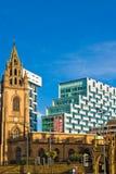 Kontrast des modernen und alten Gebäudes in Liverpool Stockbilder