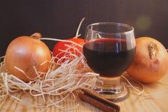 Kontrast des Stilllebens und ein Glas Wein Lizenzfreie Stockbilder