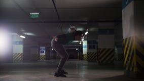 Kontrast färbt Effekt Athletischer Fußballmann, der seine Fußballfähigkeiten ausbildet Den Ball von der Wand treten und herein an stock video