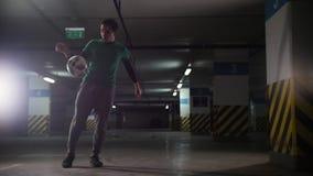 Kontrast färbt Effekt Athletischer Fußballmann, der seine Fußballfähigkeiten ausbildet Treten des Balls von der Wand stock video