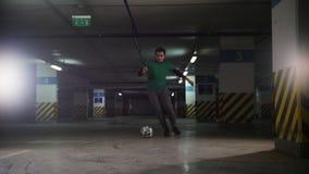 Kontrast färbt Effekt Athletischer Fußballmann im grünen T-Shirt seine Fußballfähigkeiten ausbildend stock video footage
