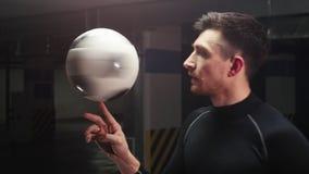 Kontrast färbt Effekt Ein junger Fußballmann, der den Ball auf seinem Finger spinnt stock footage