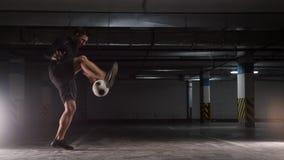 Kontrast f?rbt Effekt Ein junger Fu?ballmann, der die grundlegenden Tricks mit dem Ball zeigt stock video footage