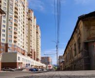 Kontrast i arkitektur: grannskapen av den gamla byggnaden och den nya LCD-`-hjärtan av stads`en på den Kukolkin gatan arkivfoton