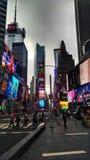 Kontrast im Times Square lizenzfreies stockfoto