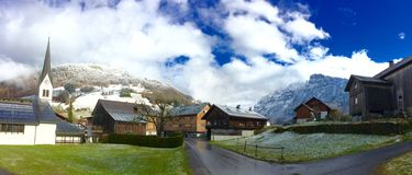 Kontrast von Alpen Stockfotografie