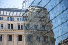 Kontrast zwischen altem und Neubauten Stockbilder