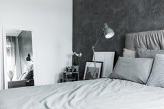 Kontrasta koloru sypialnia z lustrem Obrazy Stock