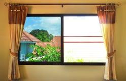Kontrasten på fönstret Arkivfoto