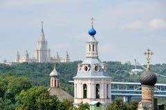 Kontraster av Moskva—kyrka och Stalinist gotisk arkitektur Royaltyfri Bild