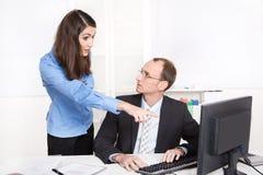 Kontraster eller skillnader under män och kvinna på arbete. royaltyfri fotografi