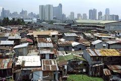 Kontrastera mellan rikt och fattigt, Manila, Filippinerna royaltyfria foton