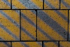 Kontrastera vinkelformiga linjer på konkreta stenläggningkvarterstenar Royaltyfria Foton