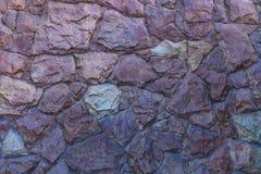 Kontrastfoto av ett fragment av en vägg som göras från den rå grova lackade stenen fotografering för bildbyråer