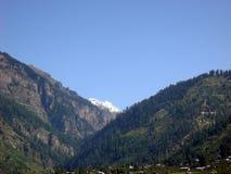 Kontrastieren Sie Ansicht von üppigen grünen Hügeln und von blauem Himmel Lizenzfreies Stockbild