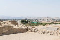 Kontrastieren Sie von einer moderneren Stadt zu einer alten Stadt in Peru Stockfoto
